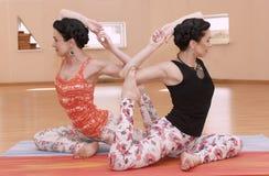 Δύο νέα women do yoga Στοκ Εικόνες