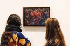 Δύο νέες γυναίκες και ζωγραφική του George Grosz Στοκ φωτογραφία με δικαίωμα ελεύθερης χρήσης