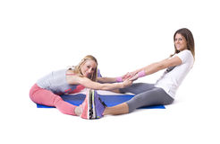 Δύο νέες γυναίκες που κάνουν τις τεντώνοντας ασκήσεις γιόγκας Στοκ φωτογραφία με δικαίωμα ελεύθερης χρήσης