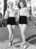 Δύο νέες γυναίκες που στέκονται μαζί τα παπούτσια αλόγων (όλα τα πρόσωπα που απεικονίζονται δεν ζουν περισσότερο και κανένα κτήμα Στοκ Φωτογραφία