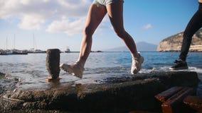 Δύο νέες γυναίκες που τρέχουν στους βράχους - ένας θαλάσσιος λιμένας σε Σορέντο, Ιταλία φιλμ μικρού μήκους