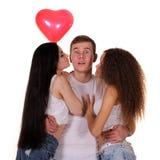 Δύο νέες γυναίκες που φιλούν στον άνδρα Στοκ Εικόνες