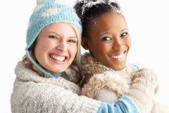 Δύο νέες γυναίκες που φορούν τα χειμερινά ενδύματα Στοκ φωτογραφίες με δικαίωμα ελεύθερης χρήσης