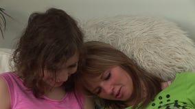 Δύο νέες γυναίκες σε έναν καναπέ απόθεμα βίντεο