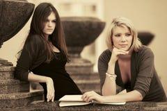 Δύο νέες γυναίκες σπουδαστές μόδας στην πανεπιστημιούπολη Στοκ Εικόνα