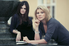 Δύο νέες γυναίκες σπουδαστές μόδας στην πανεπιστημιούπολη Στοκ φωτογραφία με δικαίωμα ελεύθερης χρήσης