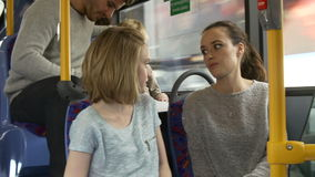 Δύο νέες γυναίκες στο ταξίδι λεωφορείων από κοινού φιλμ μικρού μήκους