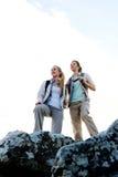 Δύο νέες γυναίκες φθάνουν στην κορυφή της ανάβασής τους Στοκ Εικόνα