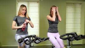 Δύο νέες ελκυστικές γυναίκες που κάνουν το καρδιο workout στη γυμναστική απόθεμα βίντεο