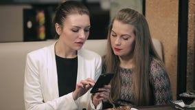 Δύο νέες επιχειρηματίες συναντιούνται στο εστιατόριο απόθεμα βίντεο