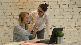Δύο νέες εργασίες επιχειρηματιών στον υπολογιστή και φιλμ μικρού μήκους