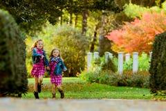 Δύο νέες καυκάσιες αδελφές στοκ φωτογραφίες