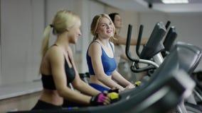 Δύο νέες ξανθές γυναίκες που περπατούν treadmill απόθεμα βίντεο