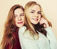Δύο νέες φίλες στα χειμερινά πουλόβερ στο εσωτερικό που έχουν τη διασκέδαση Lif στοκ εικόνες