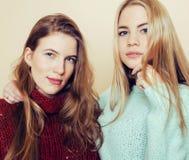 Δύο νέες φίλες στα χειμερινά πουλόβερ στο εσωτερικό που έχουν τη διασκέδαση Lif στοκ εικόνα με δικαίωμα ελεύθερης χρήσης