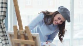 Δύο νέες όμορφες γυναίκες στα μοντέρνα ενδύματα συμμετέχουν στη δημιουργικότητα απόθεμα βίντεο