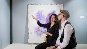 Δύο νέοι ειδήμοντες της σύγχρονης αφηρημένης τέχνης κουβεντιάζουν στη στοά απόθεμα βίντεο