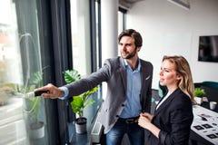 Δύο νέοι επιχειρηματίες σε ένα γραφείο, 'brainstorming' στοκ εικόνες