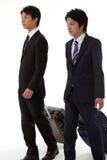 Δύο νέοι επιχειρηματίες σε ένα επιχειρησιακό ταξίδι Στοκ φωτογραφία με δικαίωμα ελεύθερης χρήσης