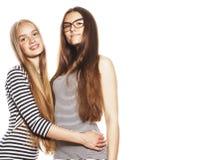 Δύο νέοι εργαζόμενοι που απομονώνονται στα άσπρα, ίδια φορέματα στη λουρίδα Στοκ Φωτογραφίες