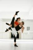 Δύο νέοι και όμορφοι χορευτές εμφανίζουν χορό techniq Στοκ φωτογραφία με δικαίωμα ελεύθερης χρήσης