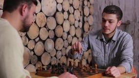 Δύο νέοι καυκάσιοι θηλυκοί παίκτες, που παίζουν το παιχνίδι του σκακιού Ένας από τον τύπο κερδίζει το παιχνίδι Το κούνημα παραδίδ απόθεμα βίντεο