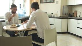Δύο νέοι πίνουν το τσάι στην εργασία απόθεμα βίντεο