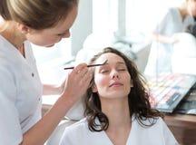 Δύο νέοι σπουδαστές beautician που εργάζονται κατά τη διάρκεια αποτελούν τις κατηγορίες Στοκ Φωτογραφίες