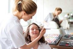 Δύο νέοι σπουδαστές beautician που εργάζονται κατά τη διάρκεια αποτελούν τις κατηγορίες Στοκ Φωτογραφία