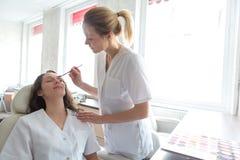 Δύο νέοι σπουδαστές beautician που εργάζονται κατά τη διάρκεια αποτελούν τις κατηγορίες Στοκ φωτογραφίες με δικαίωμα ελεύθερης χρήσης
