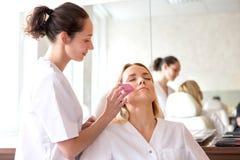Δύο νέοι σπουδαστές beautician που εργάζονται κατά τη διάρκεια αποτελούν τις κατηγορίες Στοκ Εικόνες