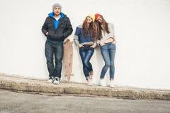 Δύο νέοι φίλοι και τύπος κοριτσιών hipster Στοκ φωτογραφία με δικαίωμα ελεύθερης χρήσης