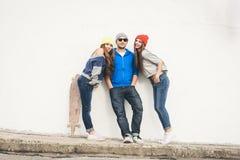 Δύο νέοι φίλοι και τύπος κοριτσιών hipster Στοκ εικόνες με δικαίωμα ελεύθερης χρήσης
