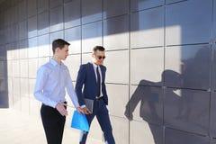 Δύο νέοι όμορφοι τύποι συνερχόμενοι επάνω, πηγαίνουν και συζητώντας το σημαντικό issu Στοκ Φωτογραφίες