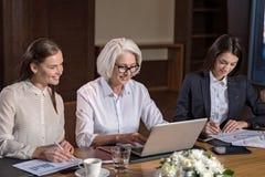 Δύο νέο θηλυκό συνάδελφοι και ο προϊστάμενός τους που εργάζεται από κοινού Στοκ εικόνες με δικαίωμα ελεύθερης χρήσης