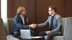 Δύο νέο Businesspeople που διοργανώνουν τη συζήτηση απόθεμα βίντεο