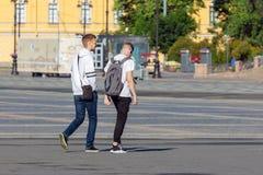 Δύο νεαροί άνδρες που περπατούν κάτω από την οδό στοκ φωτογραφίες