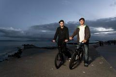 Δύο νεαροί άνδρες με τα ποδήλατα Στοκ φωτογραφία με δικαίωμα ελεύθερης χρήσης