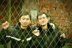 Δύο νεαροί άνδρες στο κλουβί σιδήρου στοκ φωτογραφία με δικαίωμα ελεύθερης χρήσης