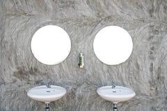 Δύο νεροχύτες με τον καθρέφτη δύο Στοκ φωτογραφία με δικαίωμα ελεύθερης χρήσης