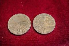 Δύο νομίσματα Δηναρίων της Τυνησίας στο κόκκινο backround Στοκ εικόνες με δικαίωμα ελεύθερης χρήσης