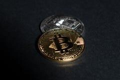 Δύο νομίσματα ως bitcoins έννοια στο σκοτεινό μαύρο υπόβαθρο στοκ φωτογραφίες με δικαίωμα ελεύθερης χρήσης