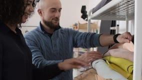 Δύο ντύνοντας σχεδιαστές που επιλέγουν το δέρμα απόθεμα βίντεο