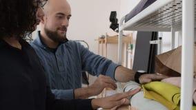Δύο ντύνοντας σχεδιαστές που επιλέγουν το δέρμα φιλμ μικρού μήκους