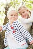 Δύο ξένοιαστα μικρά κορίτσια σταθμεύουν την άνοιξη Στοκ εικόνα με δικαίωμα ελεύθερης χρήσης