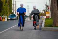 Δύο ξυπόλυτες γυναίκες Amish στα ποδήλατα στοκ φωτογραφία με δικαίωμα ελεύθερης χρήσης
