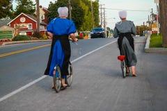 Δύο ξυπόλυτες γυναίκες Amish στα ποδήλατα στοκ εικόνες