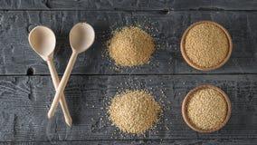 Δύο ξύλινα κουτάλια, σπόροι αμάραντων, quinoa σπόροι σε έναν πίνακα Ελεύθερα τρόφιμα γλουτένης στοκ εικόνα