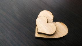 Δύο ξύλινες καρδιές που τοποθετούνται ωραία σε ένα τυρκουάζ εκλεκτής ποιότητας ξύλινο υπόβαθρο Στοκ εικόνα με δικαίωμα ελεύθερης χρήσης