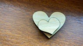 Δύο ξύλινες καρδιές που τοποθετούνται ωραία σε ένα τυρκουάζ εκλεκτής ποιότητας ξύλινο υπόβαθρο Στοκ φωτογραφία με δικαίωμα ελεύθερης χρήσης